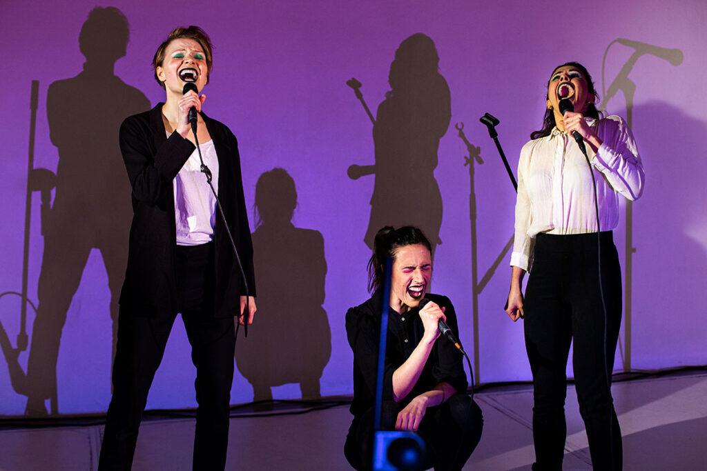 Grupo teatral Aba Naia haciendo su performance en vivo We Can Do It Moaning en Berlín. Foto: Mari Vass.