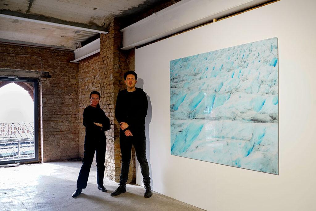 Schirmbeck con su agente Marianna Glasser durante su muestra en Berlín - 2020.