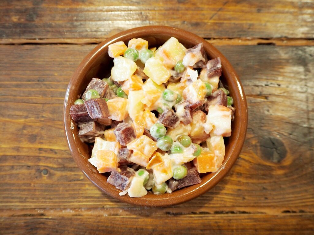 Ensalada Rusa - Un típico plato en Sudamérica en La Despensa - Lado B erlin.