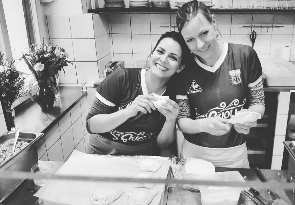 Anja Dollan y Gabriela Gasloli Otegui dueñas de la casa de empanadas argentinas La Criolla - Lado B erlin.