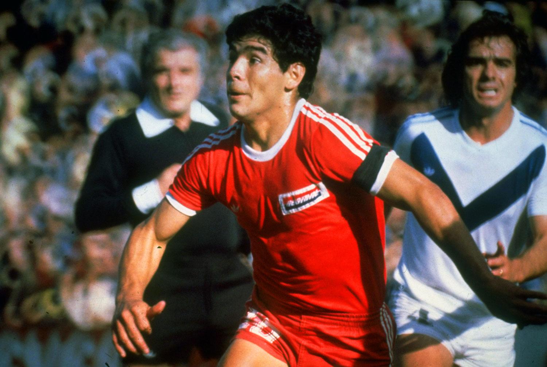 Maradona de joven jugando en Argentinos Jrs. contra Vélez Sarsfield. ©Allsport UK /Allsport.