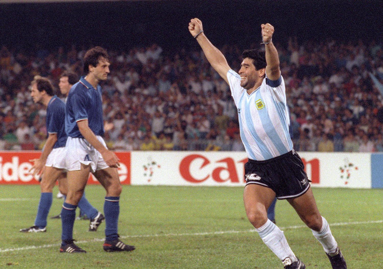 Maradona festeja el empate de Caniggia contra Italia en el mundial del '90. Según muchos, los italianos no le perdonaron esta afrenta a Maradona. ©DANIEL GARCIA/AFP via Getty Images.