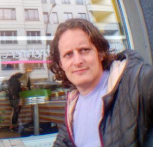 Mateo Dieste, filósofo, creador del diccionario Alltag: Un glosario Ausländisch en Lado|B|erlin.