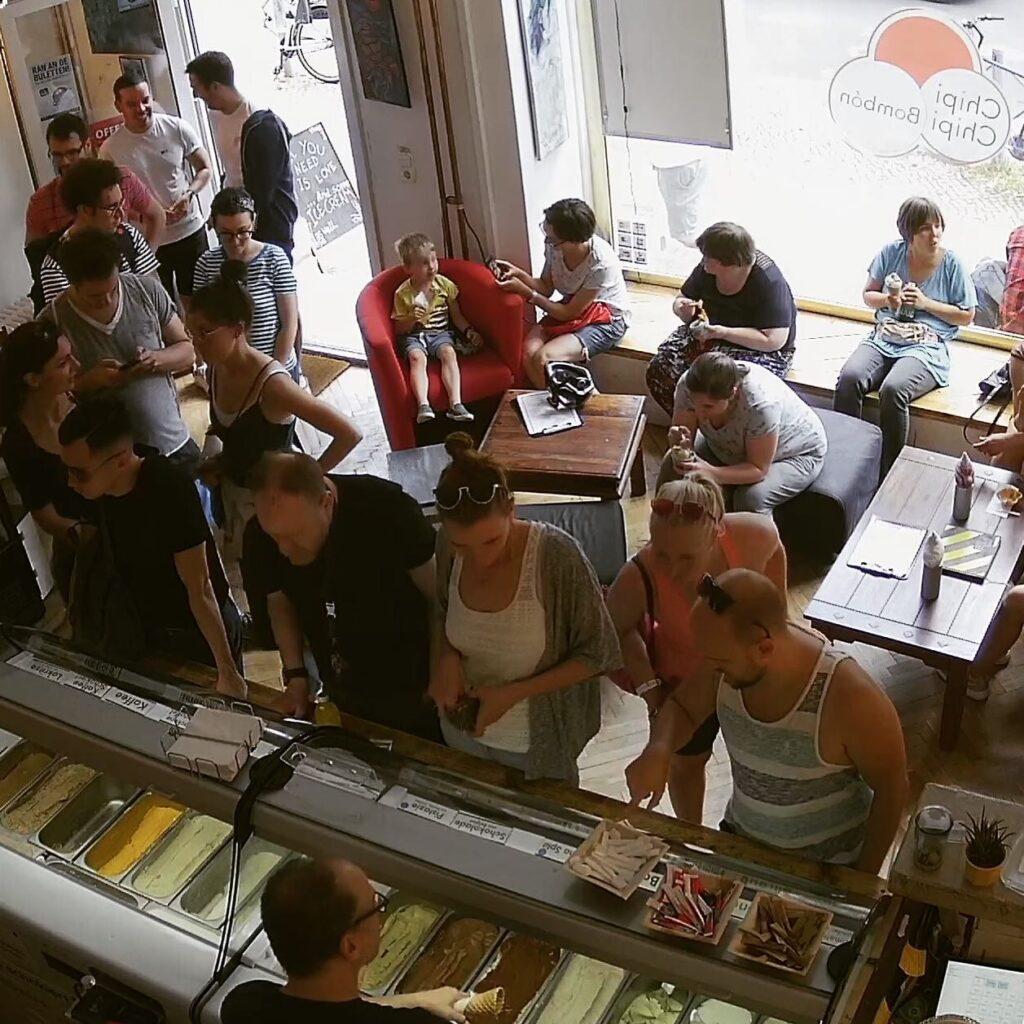 La heladería Chipi Chipi Bombón en hora pico durante el verano - Lado|B|erlin.