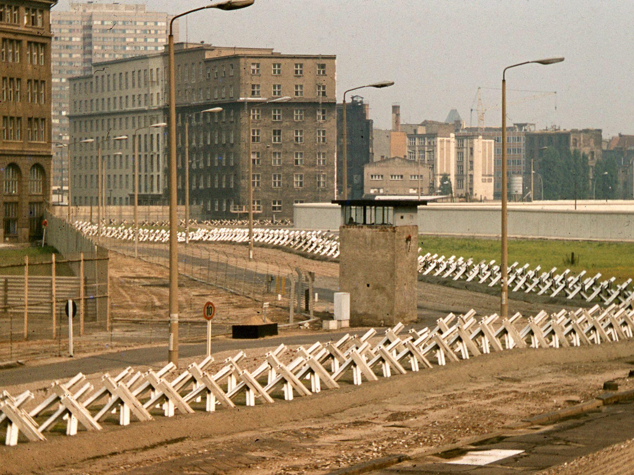 Franja de la muerte del Muro de Berlín, 1977, mostrando el erizo checo y la torre de vigilancia. @George Garrigues.