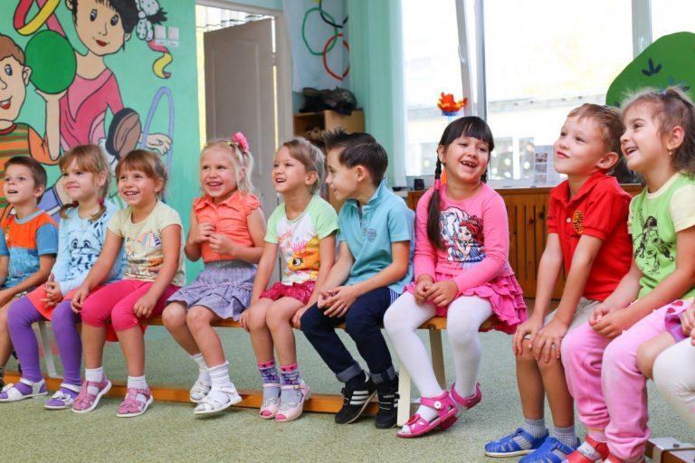 Niños en clase pequeños