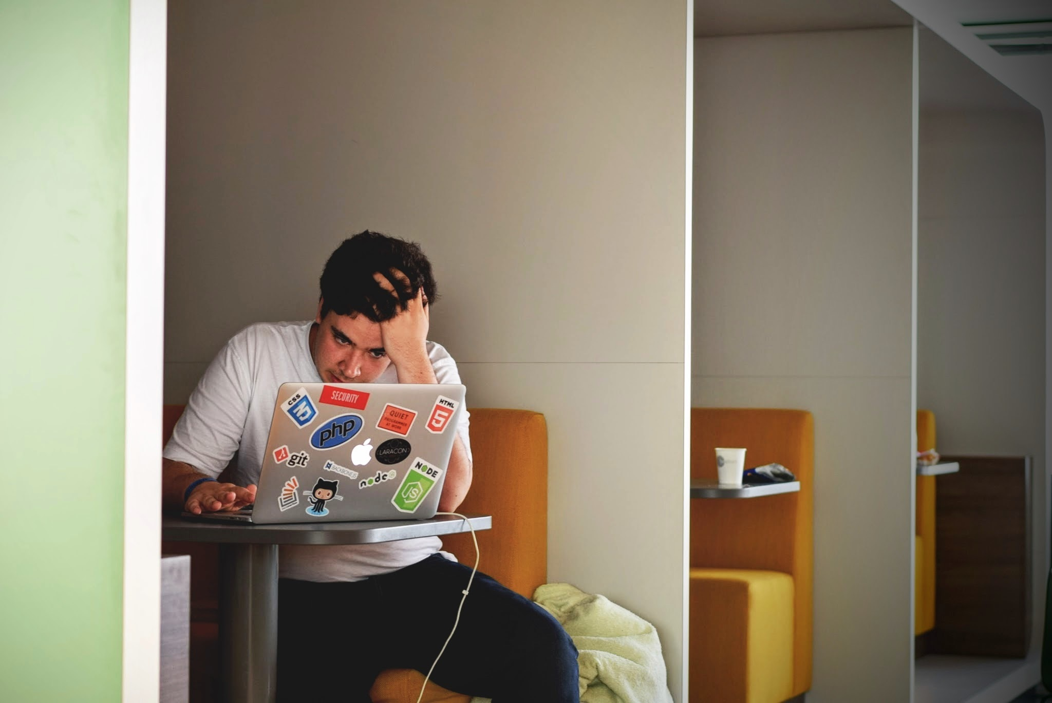 Ordenador estudiando