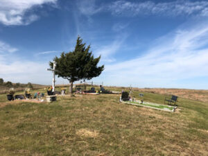 Read more about the article Students lend a helping hand at Ponka Cemetery