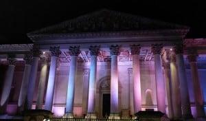 I love the light on the columns