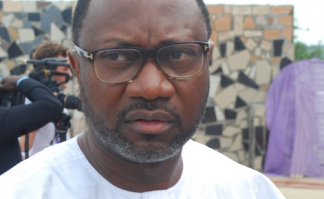 Photo of Nigerian Billionaire, Femi Otedola's Daughter Shares Picture of Him With His 'Old School' Gadgets