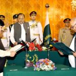 ISLAMABAD: President Mamnoon Hussain administering the oath of offices to MNA Sheikh Aftab Ahmed and Senator Mir Hasil Bizenjo as Federal Ministers in a special ceremony at the Aiwan-e-Sadr. INP PHOTO
