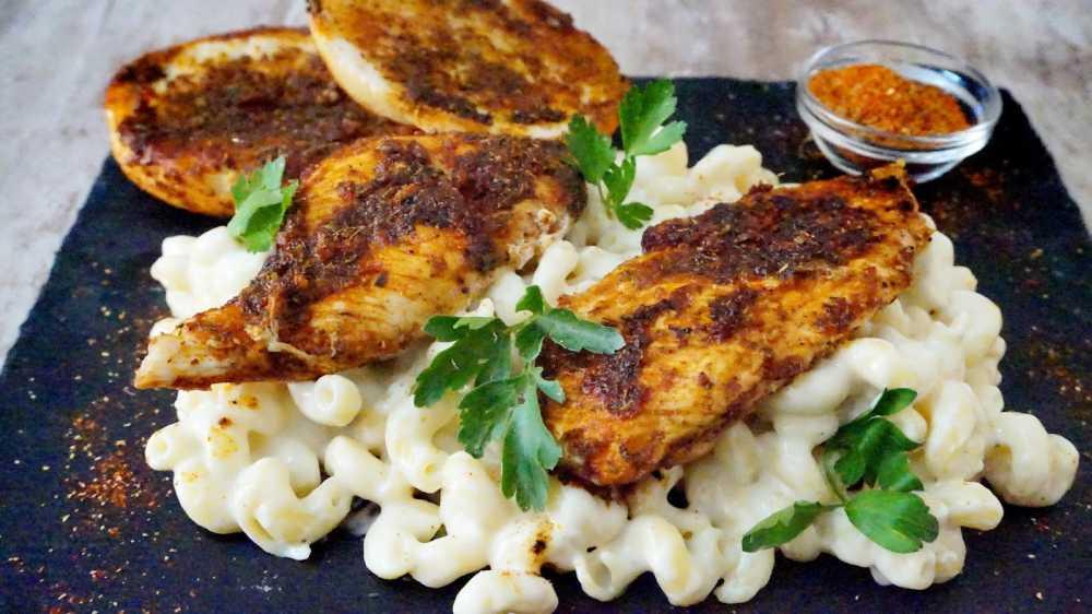 Pollo con mac and cheese