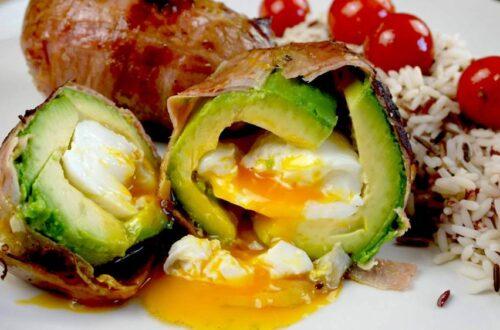 aguacates rellenos con huevo y bacon