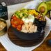 poke bowl de arroz de coliflor con huevo poché