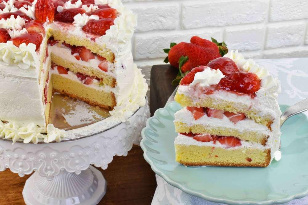 trozo de tarta de nata y fresas con bizcocho genovés