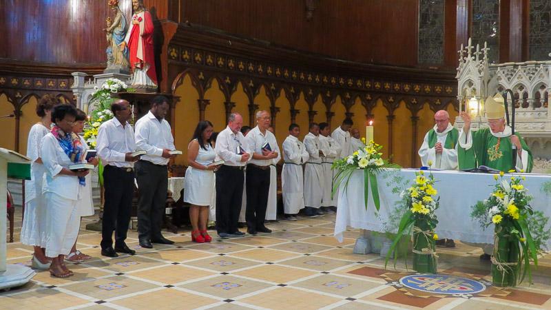 Trois nouveaux membres de l'(EAP) de la paroisse Sainte Thérèse, Curepipe. La messe d'intronisation a eu lieu le samedi 14 octobre