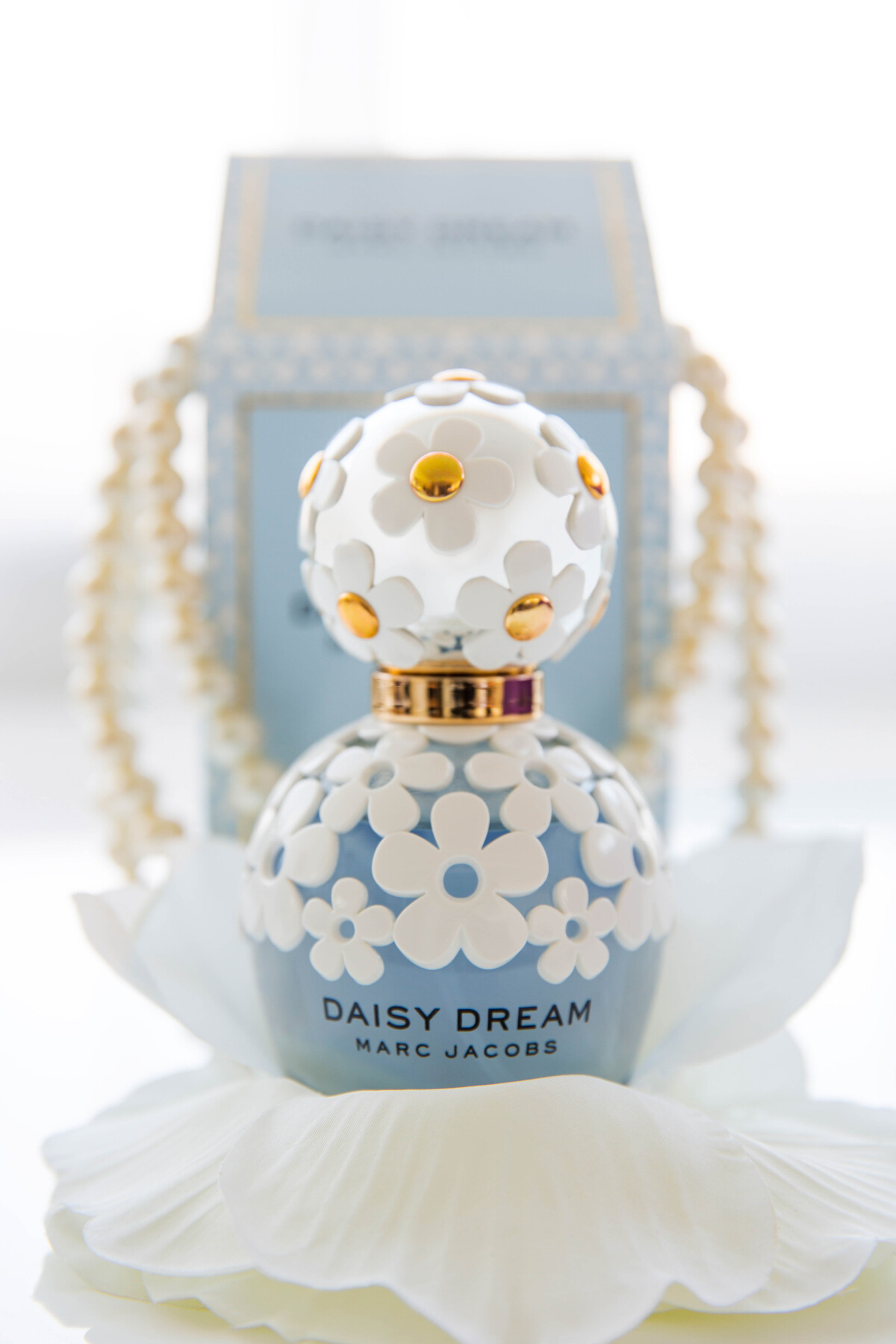 natural light product photography of Daisy dream from Marc Jacob