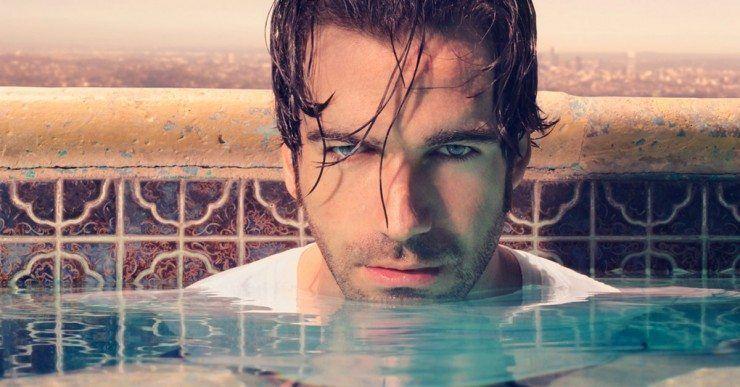 Shoulder long hair man i swimming pool