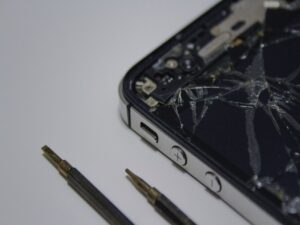<span style='color:#00000;font-size:36px;'>Why are Smartphones Designed to Break, and What Can Be Done Aboutit?</span><h3> Redundancy is built into technology so companies can maximiseprofits </h3>