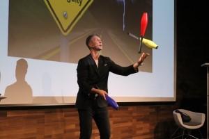 Martin Emrich jongliert mit Keulen
