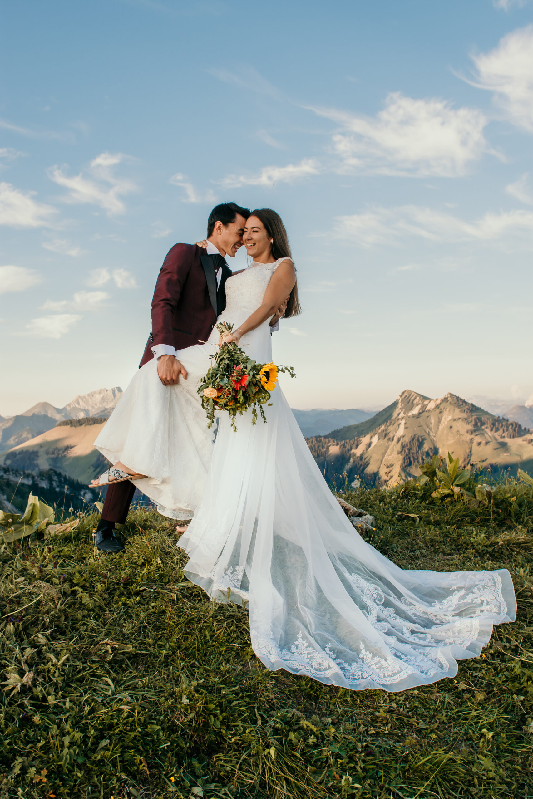 bridal couple holding eachother in the swiss alps