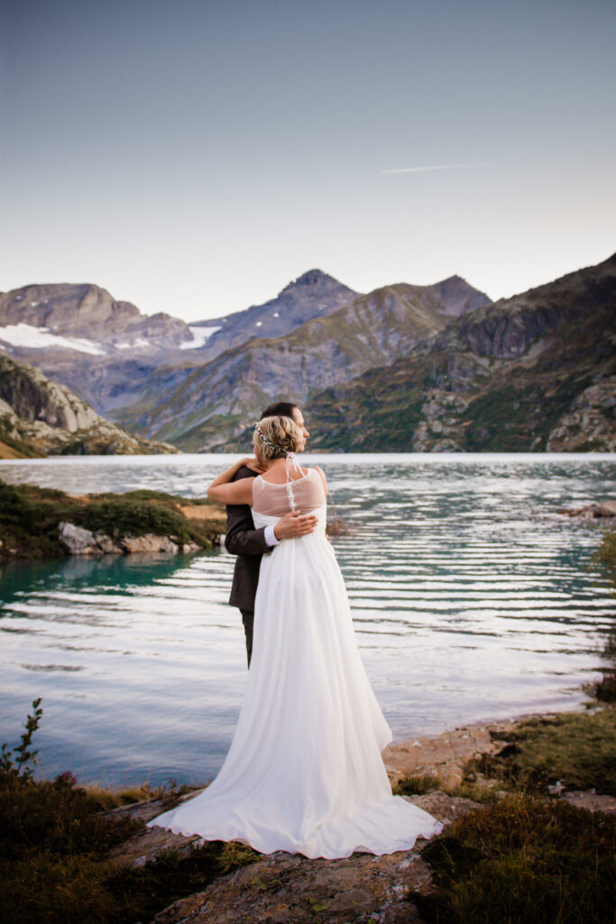 sunrise elopement in front of an alpine lake in switzerland