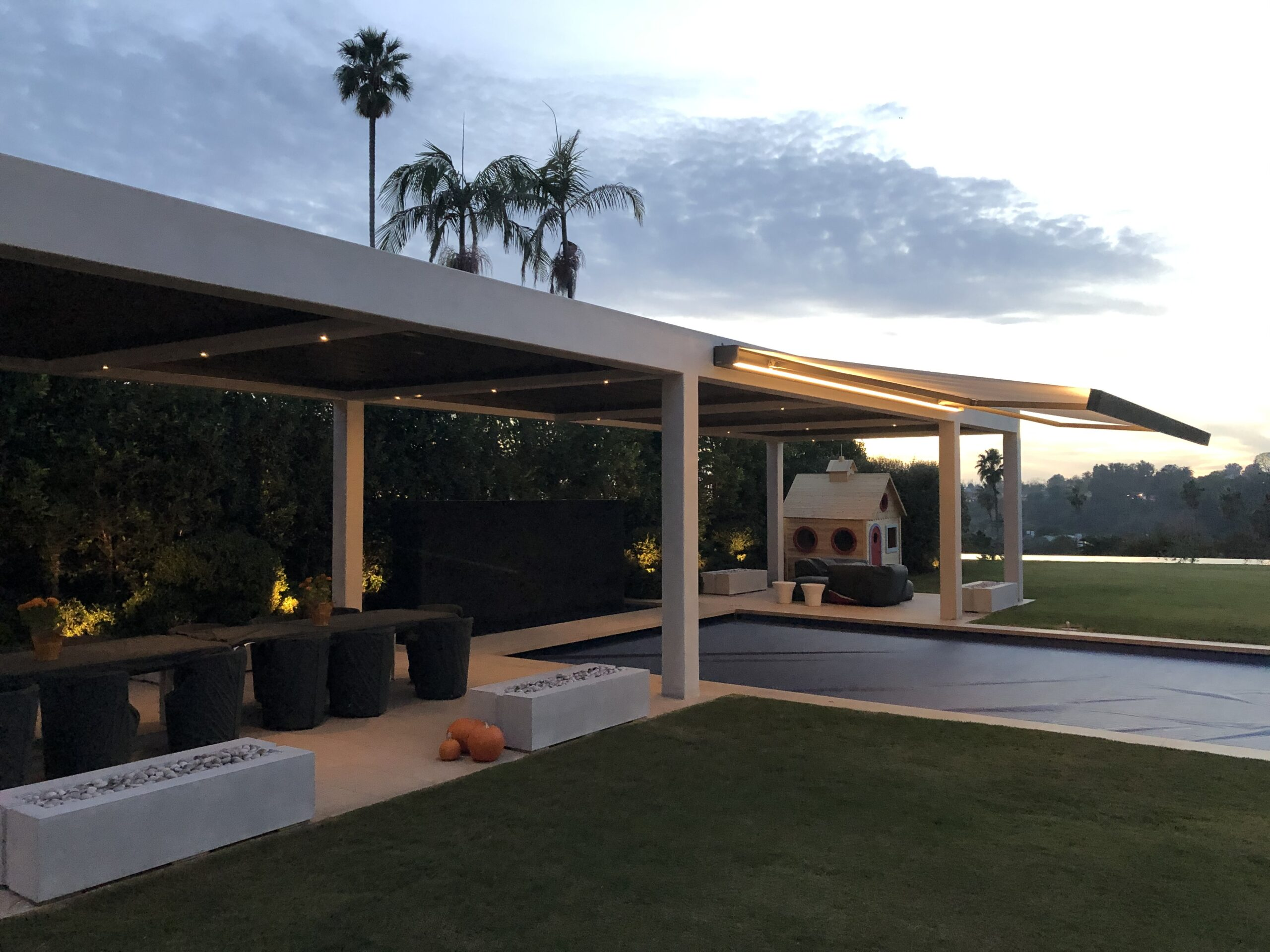 Villa Rockingham - Large Slat Louvres and Cassette Awning K70 night 2