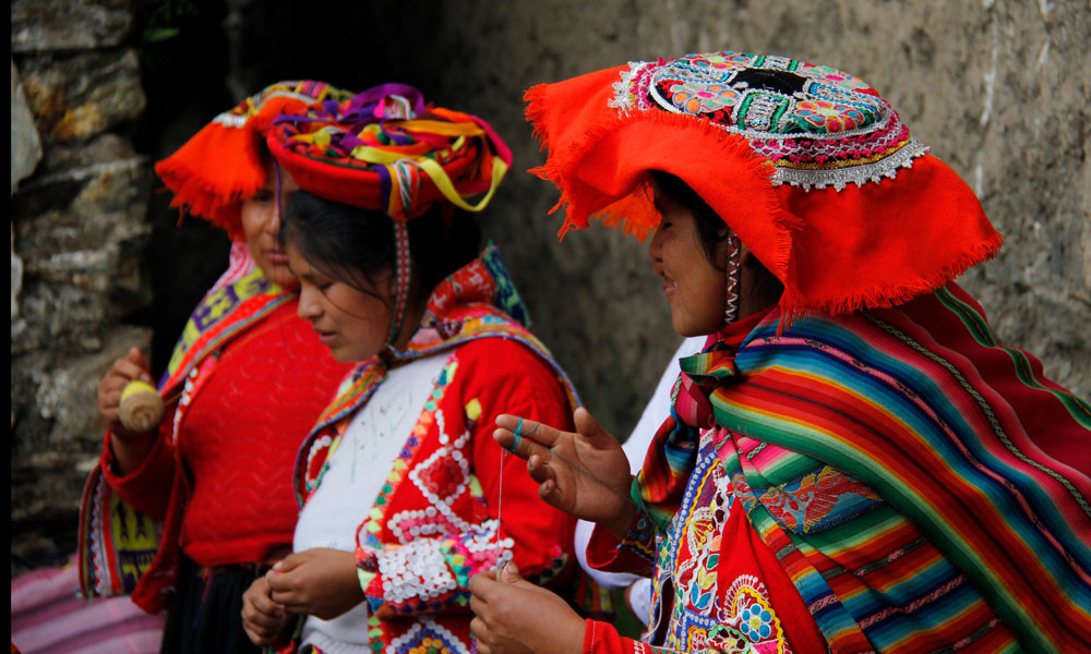 Weavers from the Sacred Valley of Perú. Photos by @marcellaechavarria