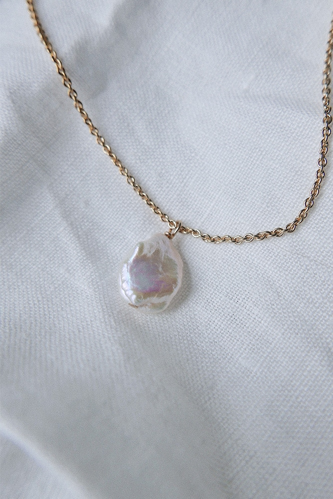 single pearl pendant with gold finish setting and chain