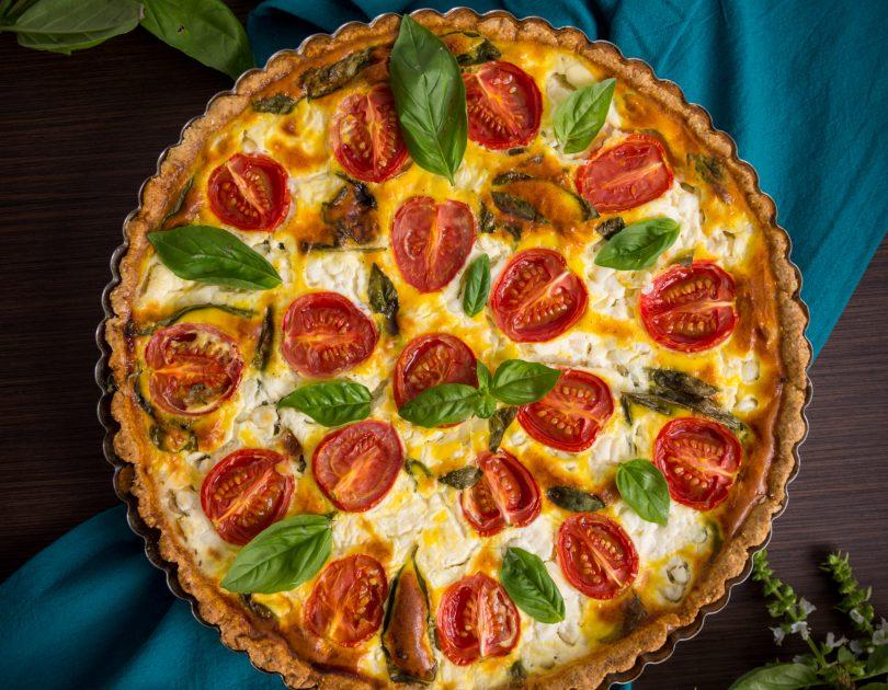 Tartă cu roșii, brânză mascarpone și busuioc
