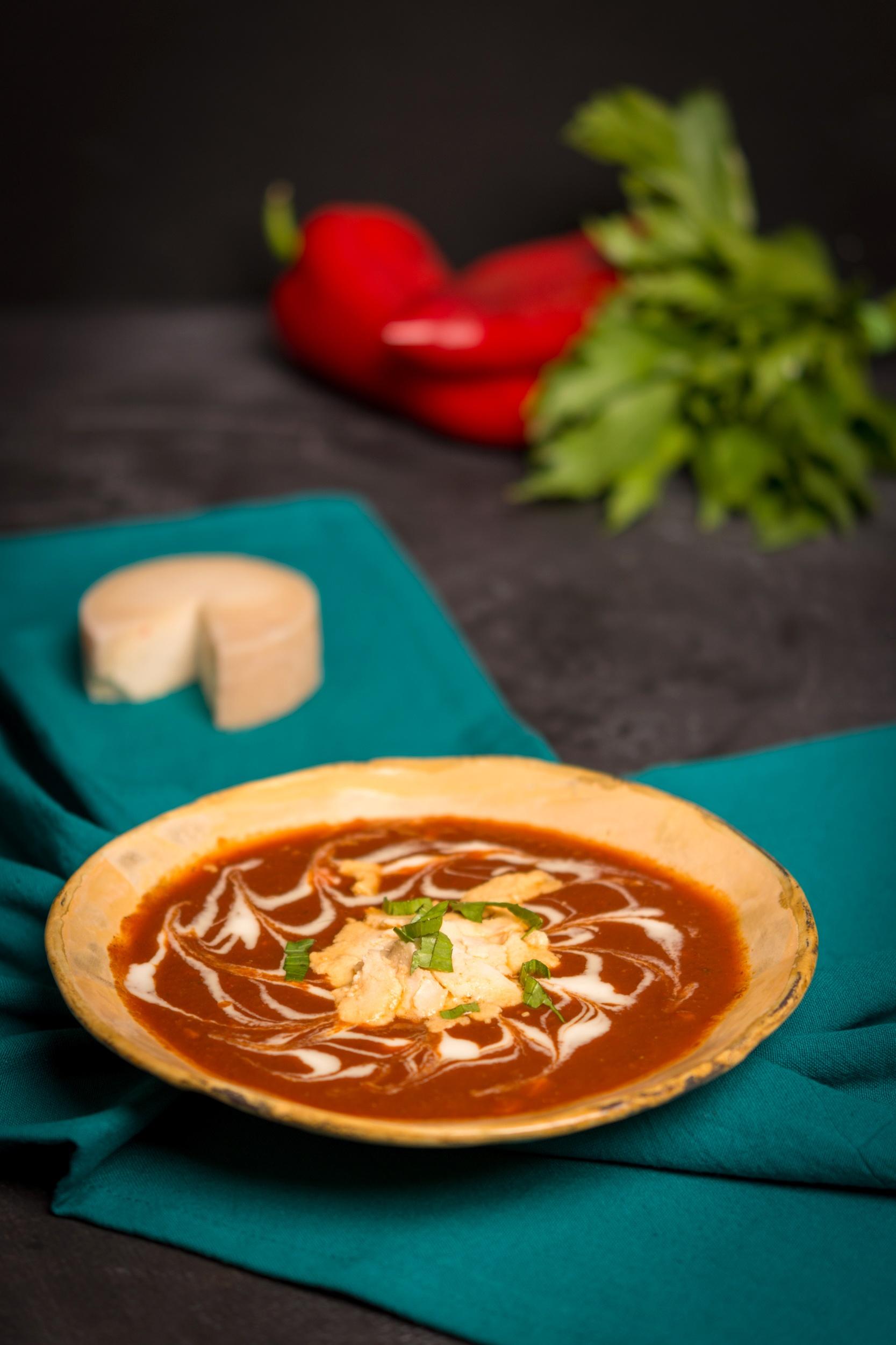 Supa crema de ardei copt cu branza de caju si leustean