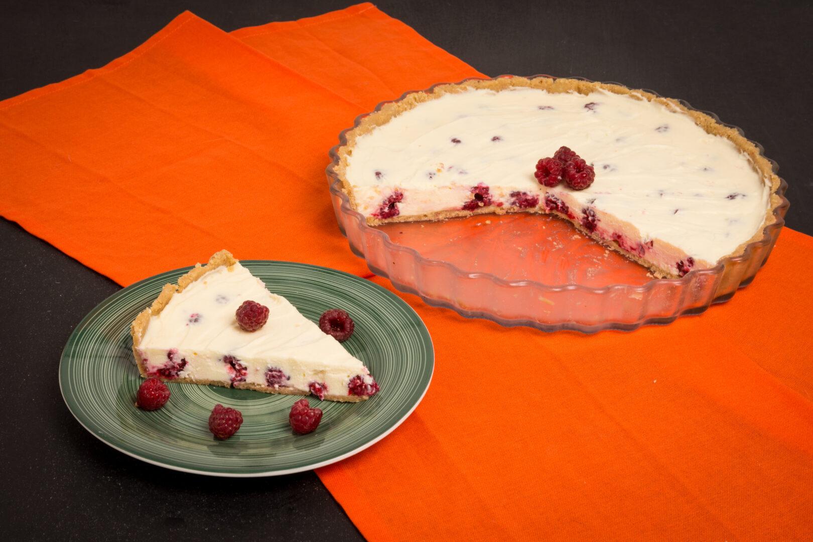 Cheesecake cu zmeură și ciocolată albă