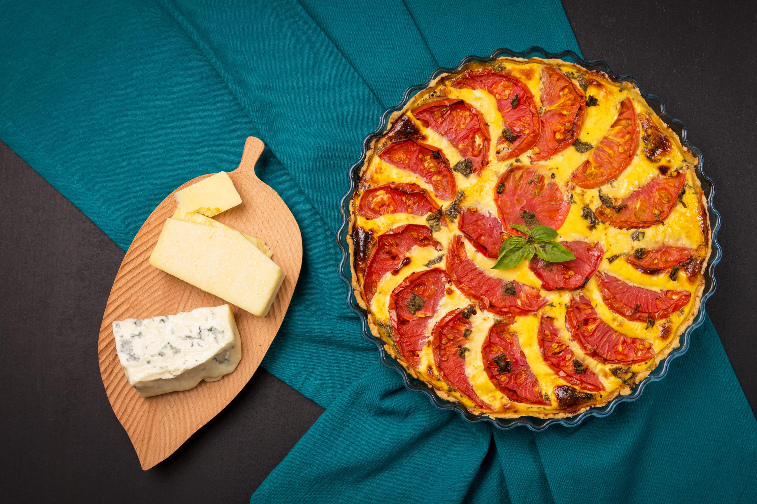 Tarta cu rosii, cheddar si blue cheese intr-o tava de tarta