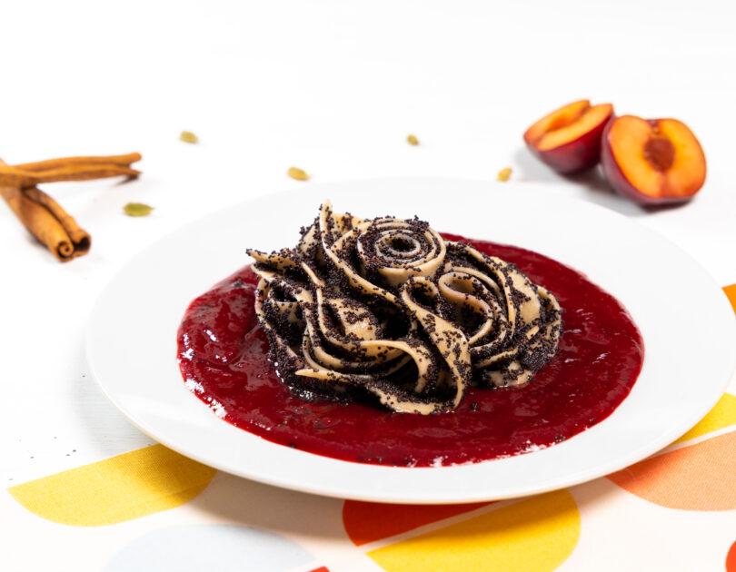 Tagliatelle cu mac și sos de prune cu cardamom