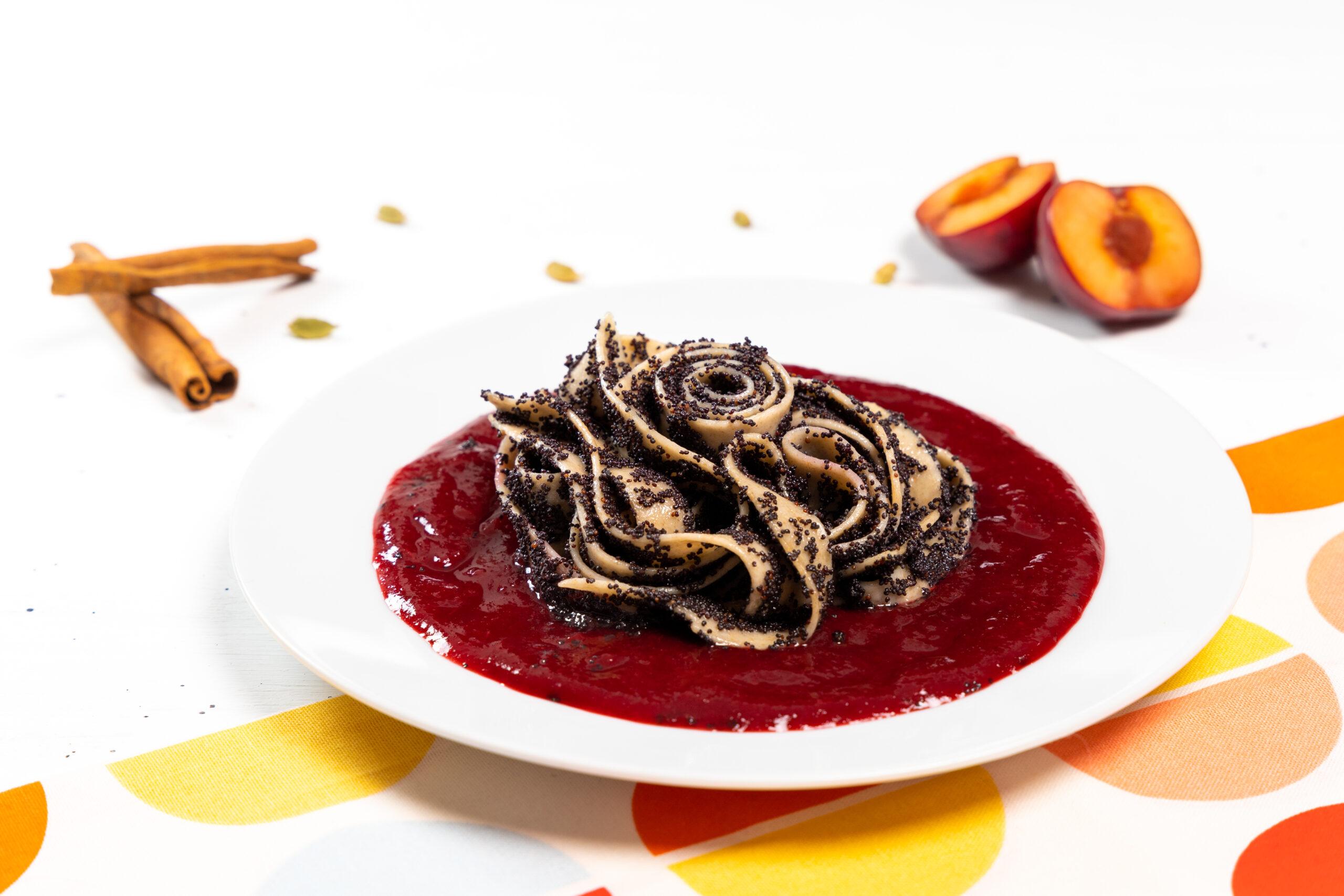 Tagliatelle cu mac si sos de prune