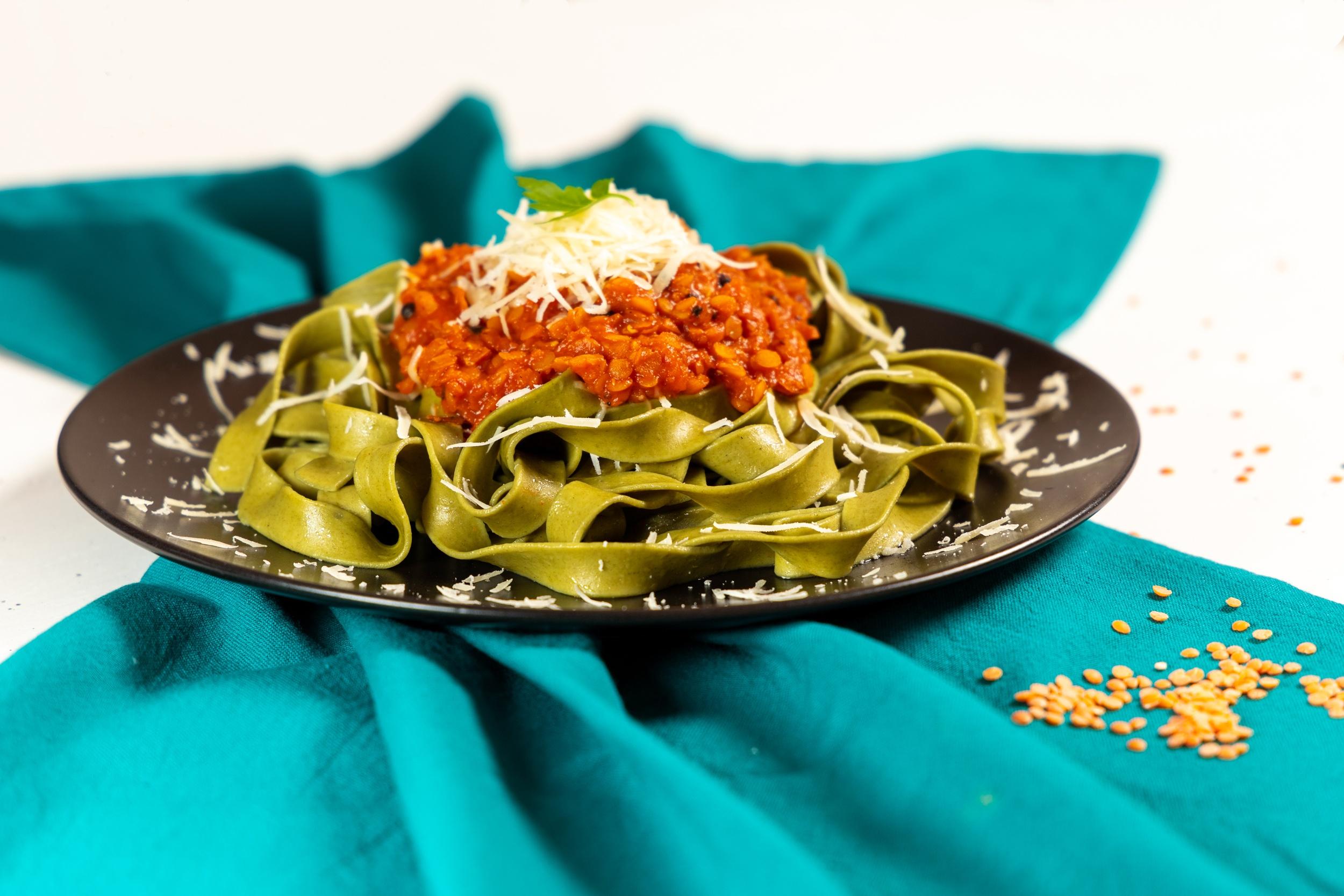 Tagliatelle cu spanac și ragù de linte roșie