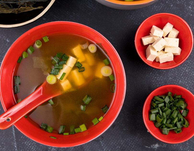 Supă miso cu tofu și ceapă verde