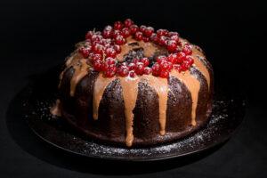 Tort cu ciocolată și coacăze roșii