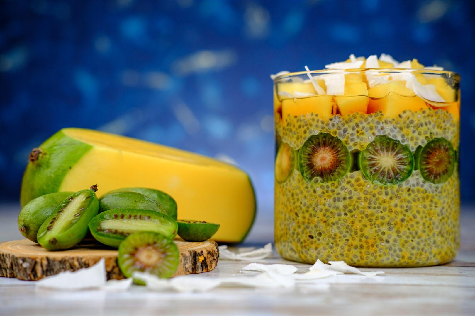 Budincă de chia cu mango, kiwi și turmeric