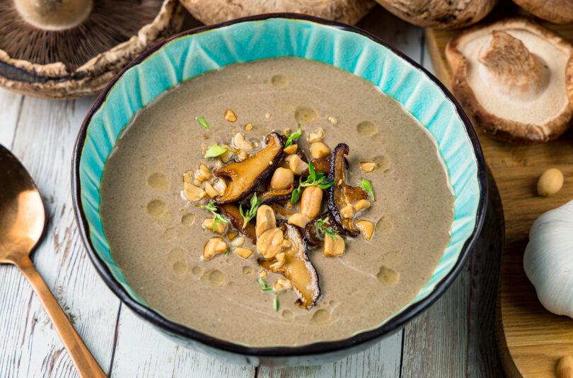 Supă cremă de ciuperci cu alune crocante