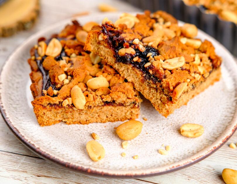 Prăjitură cu unt de arahide și gem de cireșe amare