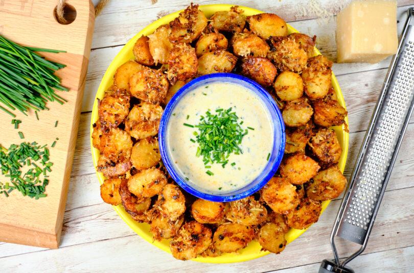 Cartofi noi în crustă de parmezan