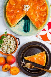 Cheesecake cu caise și flori de salcâm