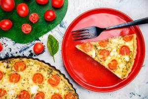 Tartă cu roșii, feta și pastă de măsline