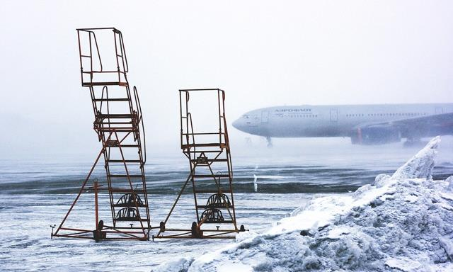 How does airplanes keep fuel from freezing
