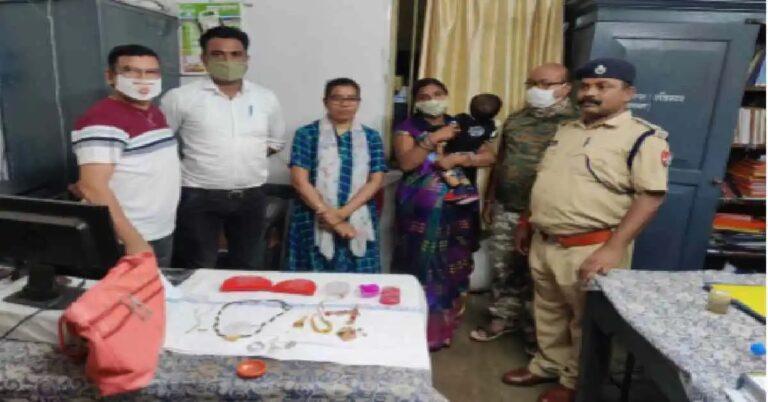 गोंदिया आरपीएफची कामगिरी : सोन्याच्या दागिन्यांनी हरविलेला बॅग केला परत