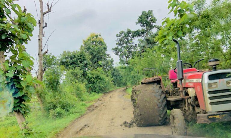 चिखलाने माखलेल्या ट्रॅक्टर्समुळे रस्ते हरवले , ग्रामीण लोक भोगतात असह्य यातना…!