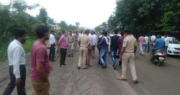 रुग्णवाहिका चालकांचा अंगावर पेट्रोल टाकून जाळून घेण्याचा प्रयत्न,पोलिसांनी घेतले ताब्यात