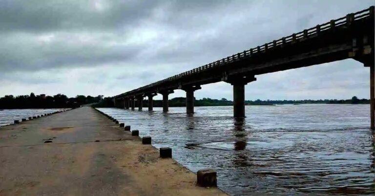 ओसंडून वाहतेय वाघ नदी, अनेक गावांत अलर्ट