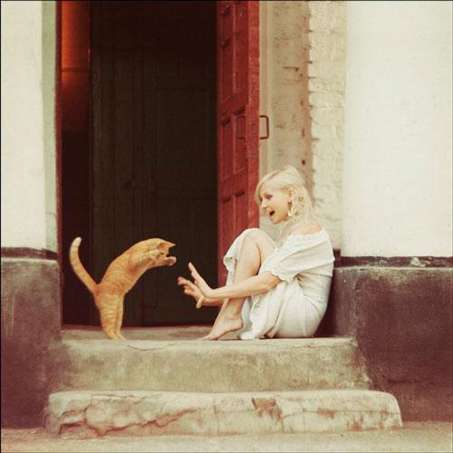 funny-cat-cute-attack-blonde-girl